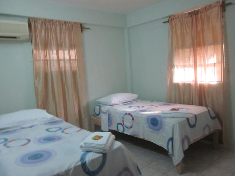 Buttercup Cottage Apartment Frangipani 1Bedroom, alquiler de vacaciones en Ribishi