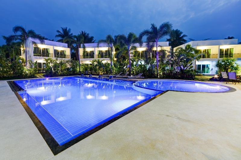 Silverlake Residence 14 Bedroom Private Villa, vacation rental in Ban Chang