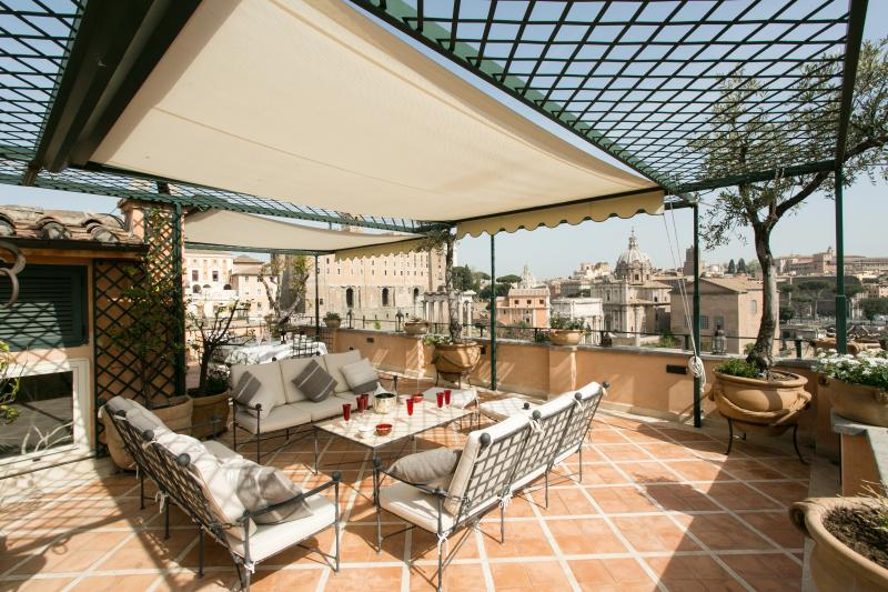Spectacular Forum Terrace appartamento di lusso, holiday rental in Rome