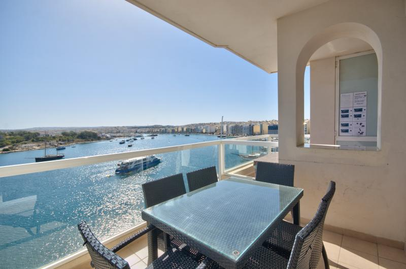 Sliema, Tigne Seafront 4-bedroom apt, holiday rental in Sliema