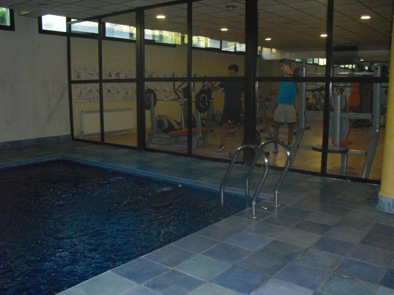 Gimnasio y piscina climatizada