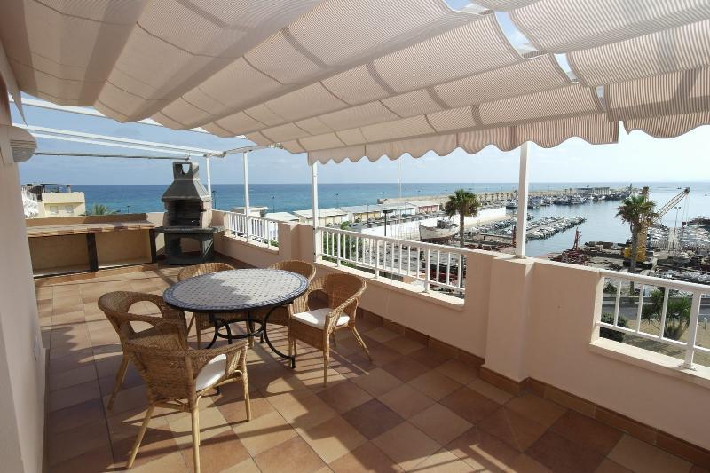EST2, Impresionante ático frente al puerto y a 50 mt de la playa, location de vacances à Villajoyosa