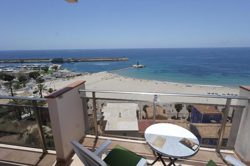 MB, Precioso apartamento, impresionantes vistas a la bahía a 50 mt de la playa, location de vacances à Villajoyosa