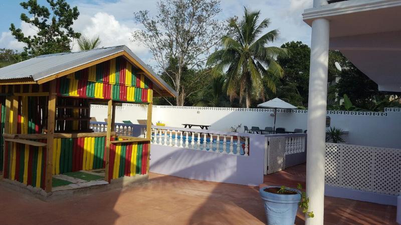 De bar naast zwembadterras
