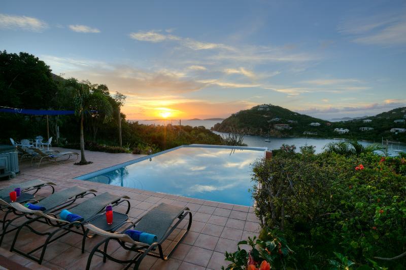 prachtige zonsondergangen met uitzicht over het Caribisch gebied (en Little St. James island)