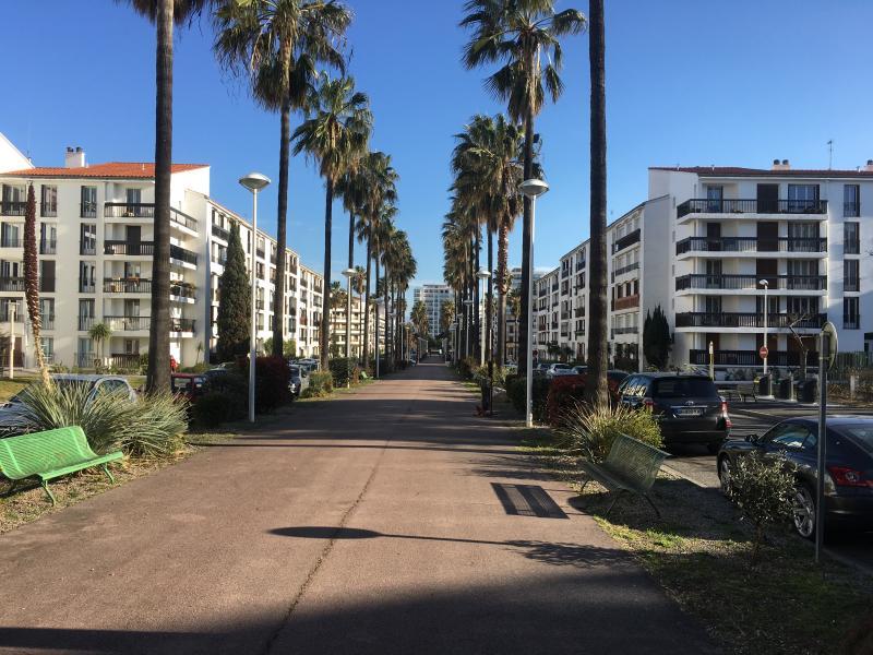 Appartement vue sur montage proche mer et sécurisé, holiday rental in Villeneuve
