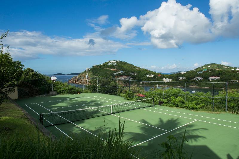 tennisbaan met een professionele basketbal hoepel en bord