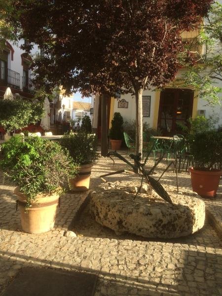 O terraço do bar do Don Emilio no centro da pequena cidade
