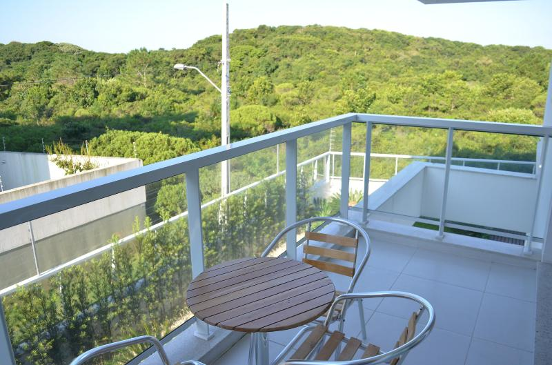 Huge 2 lit appartement de 100 m2 face à la forêt de l'océan. Il y a une piste à la plage à côté de l'appartement.
