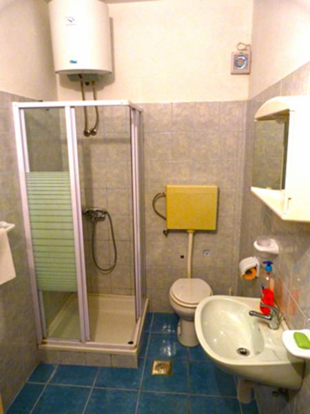 H(6+2): bathroom with toilet
