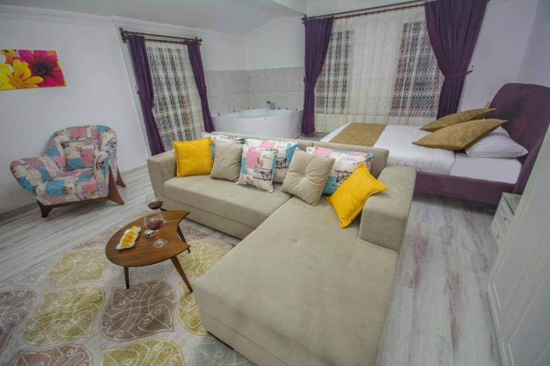 Urgup Suites - 2-bedroom Serviced Apartment, holiday rental in Uchisar