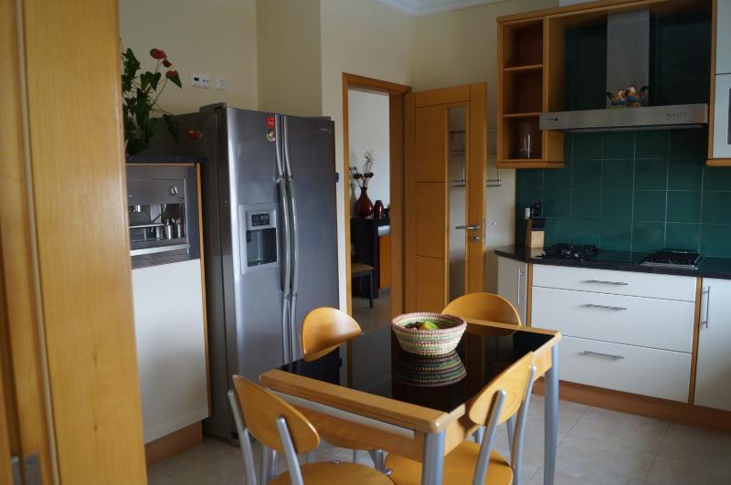 Kitchen with table fridge/freezer