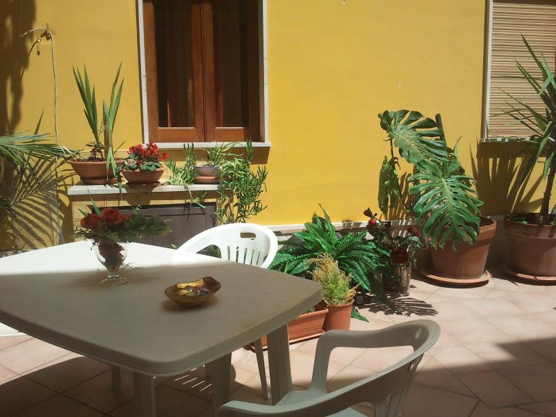 cortile con tavolo da giardino