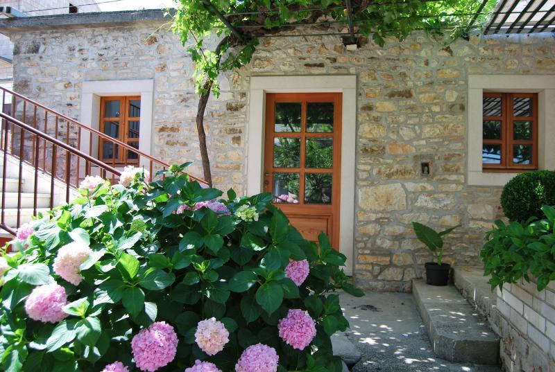 Oldie, cutie, cozy :), vacation rental in Lumbarda
