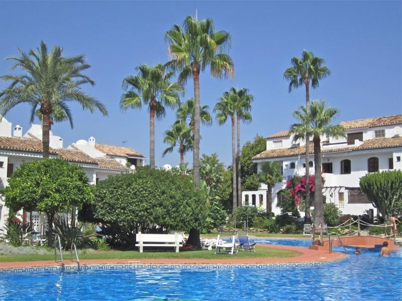 Spacious 4 bedroom Town House with Large Pool., vacation rental in Estepona