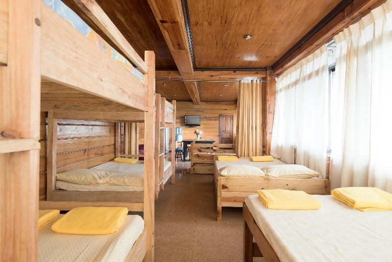 Tiptop Vacation Homes - Family room – Sleeps 12, alquiler vacacional en Benguet Province