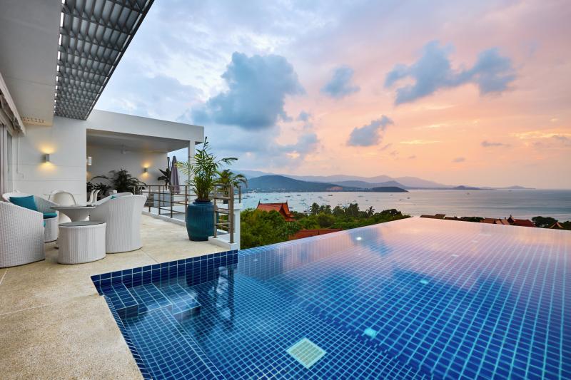 Villa Blanche Luxe, calme et volupté avec une superbe vue sur la baie de Bang Rak