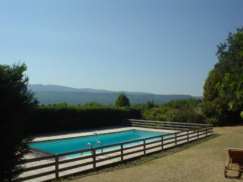 Charming farmhouse with stunning views on the Luberon mountains, holiday rental in Rustrel