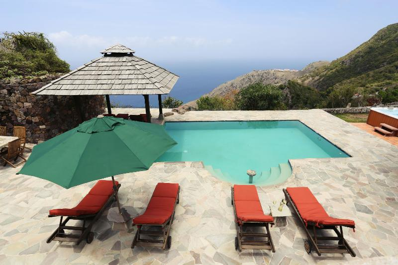 pooldeck overlooking the Caribbean Sea. Jacuzzi. 3 porches.
