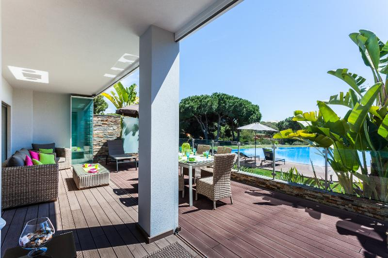 Fantastic apartment with terrace facing south in front of the pool, lot of sun., location de vacances à Olhos de Agua