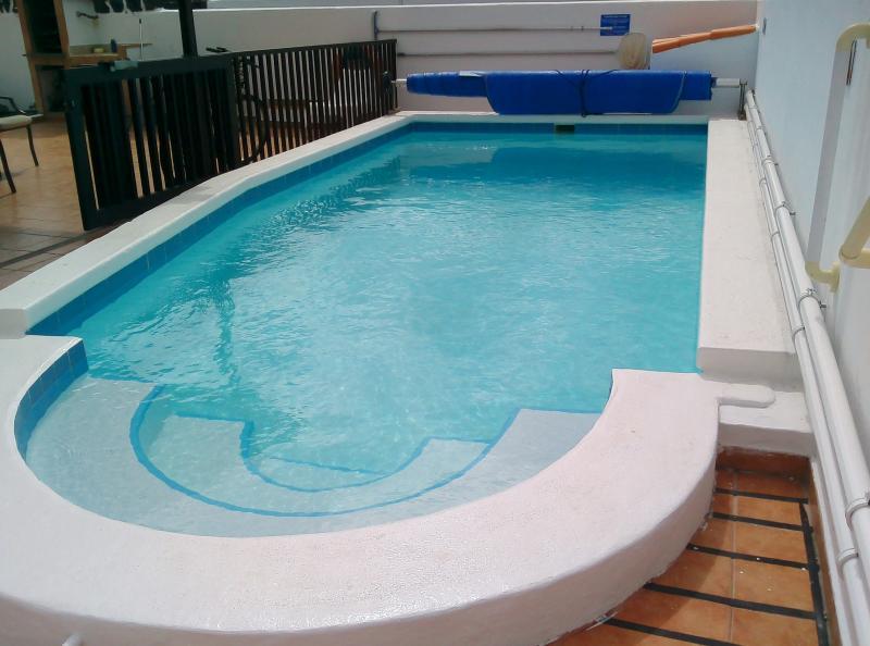 Romerska steg och räcken för enkel åtkomst till poolen - det finns en extra ledstång nu
