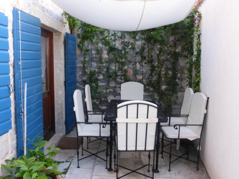 coin salon confortable - idéal pour les petits déjeuners et bar-b-ques - dans la cour intérieure.