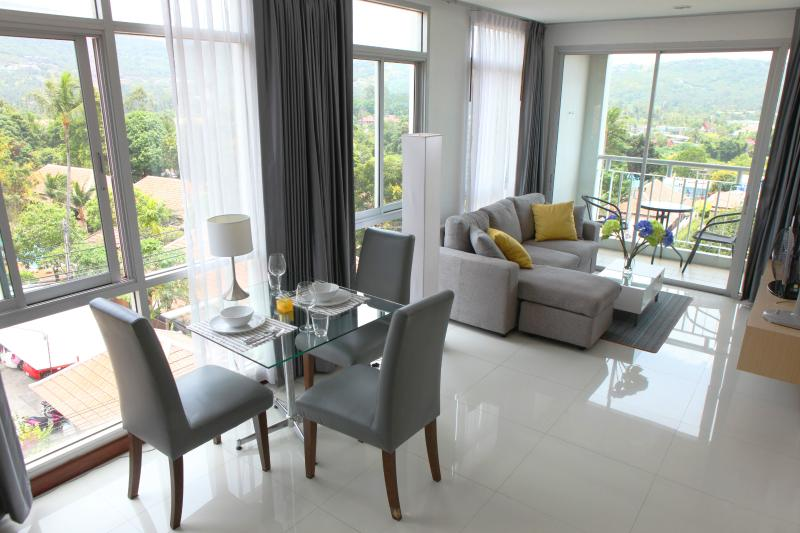 Beautiful bright living and dining area with a lot of glas.