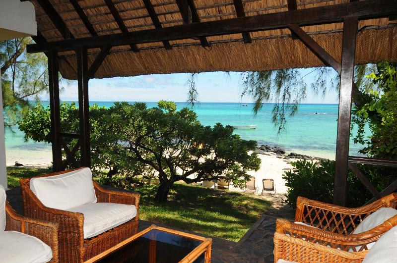terrasse privée directement sur une plage de sable blanc à Pointe aux Cannoniers Grand Baie Ile Maurice
