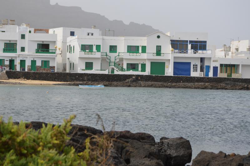 Playa Charco de la pared, en un entorno de piscinas naturales, rocas volcánicas y arenas blancas.
