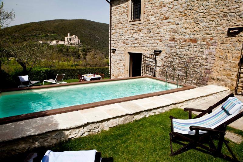 Ranca - schöner Pool und herrlicher Blick auf Antognolla Castle