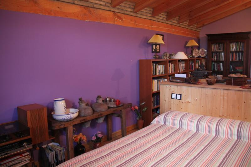 ESPECTACULAR HABITACION  MORADA CON BAÑO PRIVADO Y TERRAZA, holiday rental in Fuenmayor