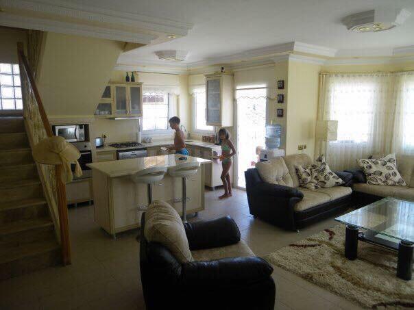 Open plan dinning / living area , wifi , sat tv , Dvd , aircon etc ;
