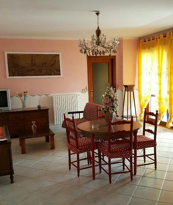 Appartamento con 3 camere da letto, 2 bagni, terrazzo panoramico, cucina attrezzata.