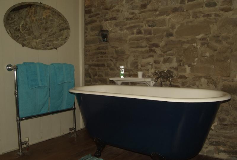Enjoy a romantic bath à deux or just have a nice, long soak, tout seule...