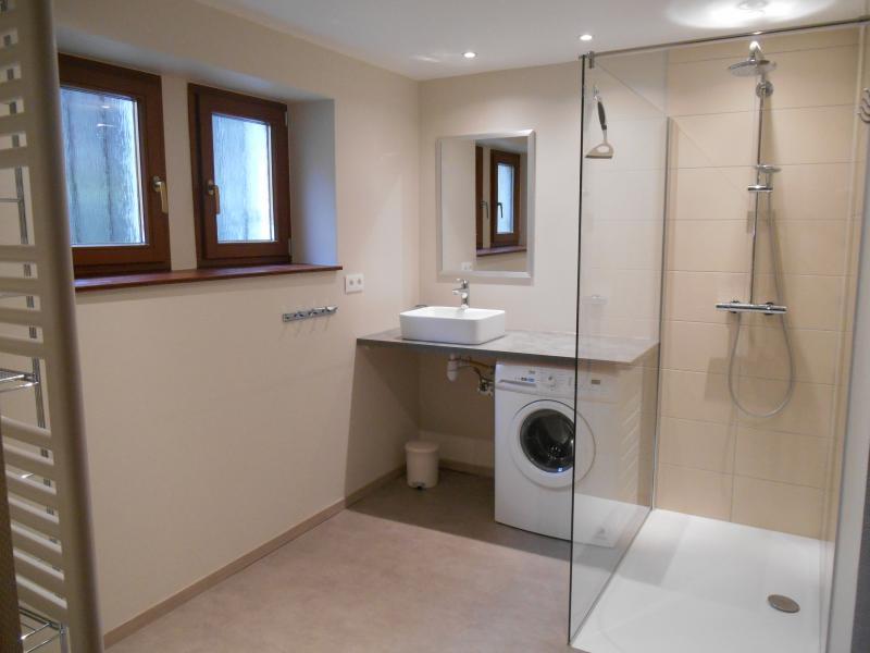 Cuarto de baño con cabina de ducha 140x90