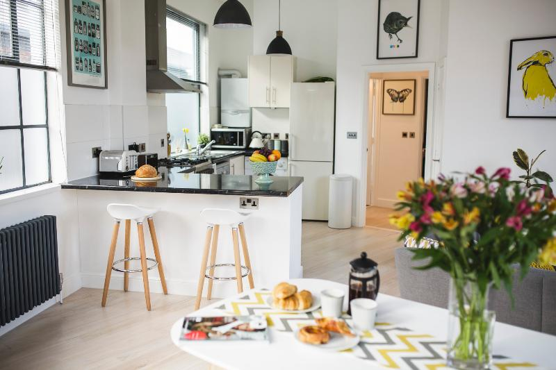 Beautifully Bright Scandinavian-Style Loft With Free Parking, holiday rental in Bristol