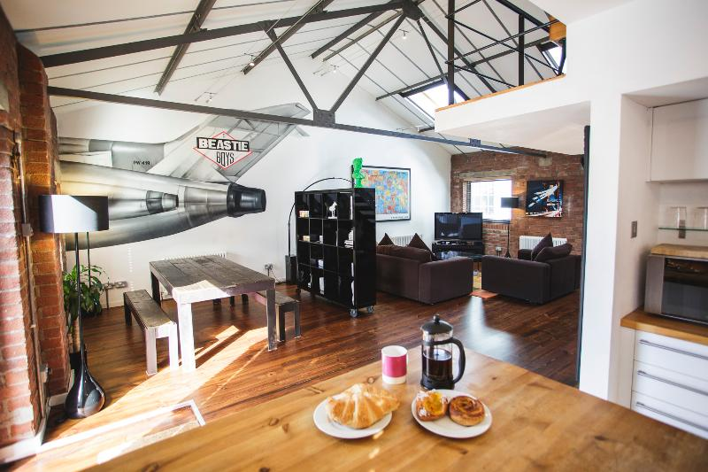 Brooklyn-Style Loft Apartment at Paintworks with Free Parking, holiday rental in Bristol