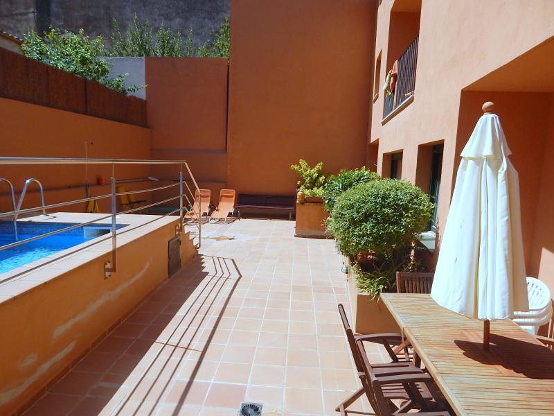 Apartamento centro del pueblo Begur con terraza, piscina y garaje comunitarios, alquiler vacacional en Begur
