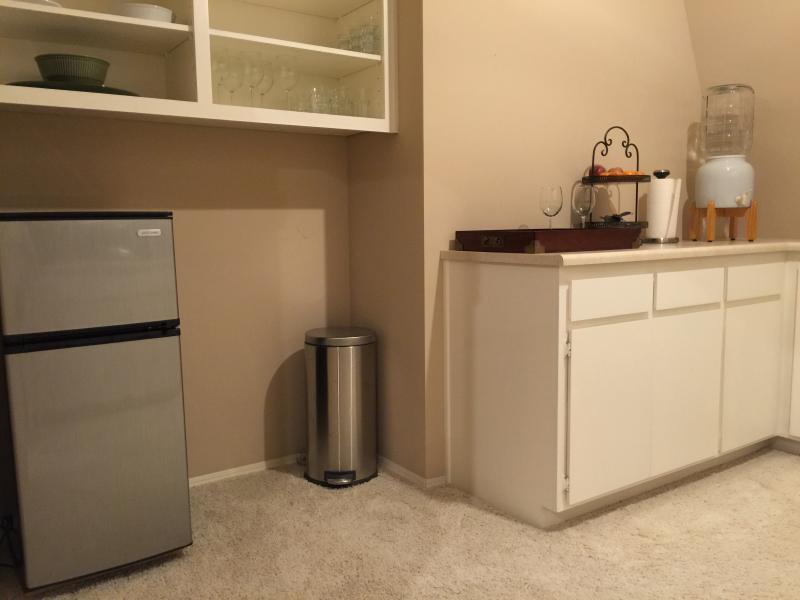 Quitinete: 4.3cu.ft. Geladeira / freezer, utensílios, pratos, copos fornecida (Nota: não pia / fogão)