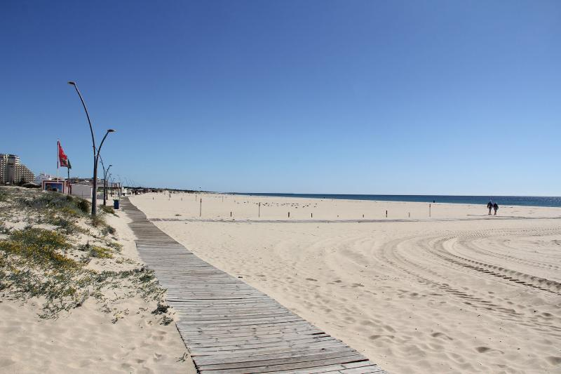 The beach of Monte Gordo has an extensive beach of golden sand.