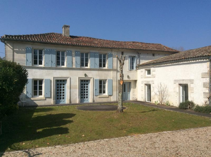 Charentaise house in Champmillon, Ferienwohnung in Roullet-Saint-Estephe
