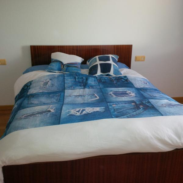 mid size bedroom (1 double bed)