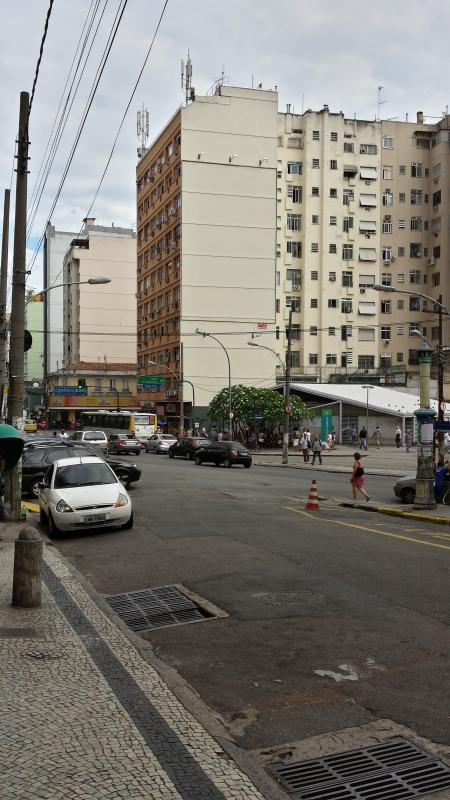 Street view in front of the building / Vista da rua em frente ao prédio