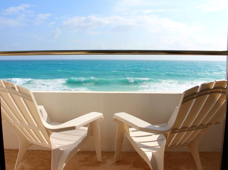Casa Perla - Oceanfront 2 Bdrm/2 Bath w/ heated rooftop pool, holiday rental in Isla Mujeres