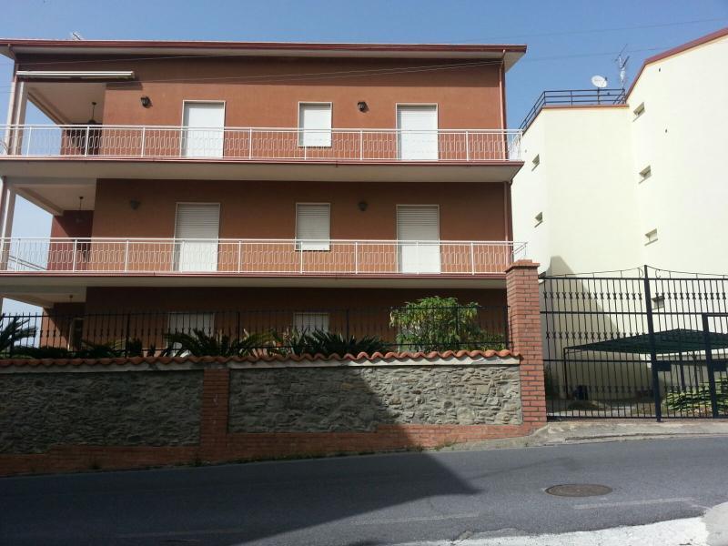 Casa Vacanze ampia con giardino e posto auto, vacation rental in Longobardi