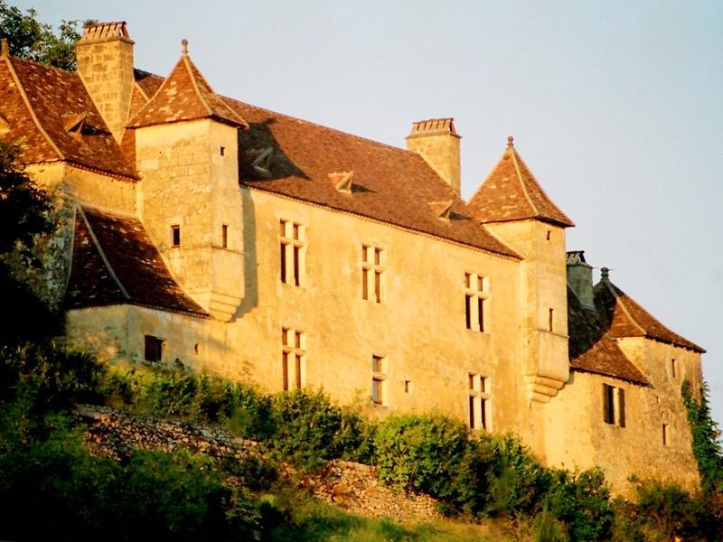Chateau La señora sol de la mañana en su cara. Ella ha envejecido con gracia.