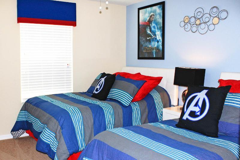 De Double / Twin bed Avenger Kamer heeft een grote TV / Kabel, boeken, extra comfortabele bedden, een goede opslag