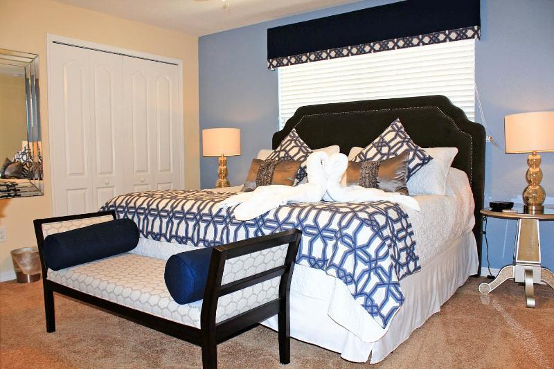 De bovenverdieping master heeft een extra comfortabel kingsize bed, bank, TV / Kabel, en suite badkamer met bad.
