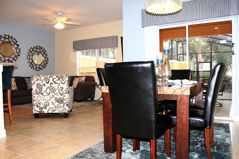 Er is een diner in een elegante tafel met comfortabele stoelen, de bar, en buiten!