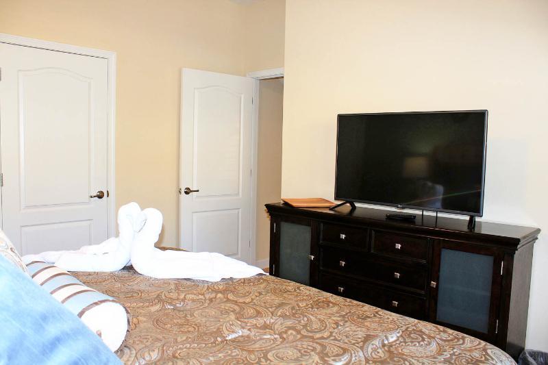Elke slaapkamer heeft een ruime TV / Kabel. Er is ook een telefoon in de slaapkamer en een goede kastruimte.
